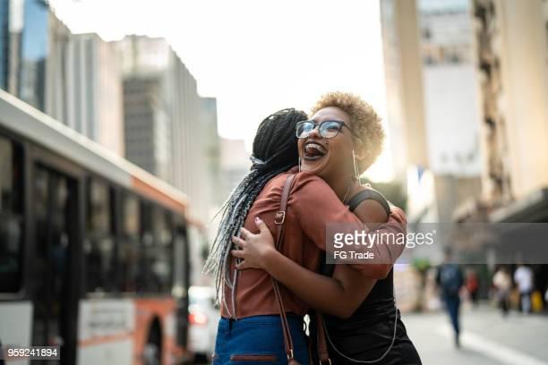 Femme/étudiants en commerce embrassant