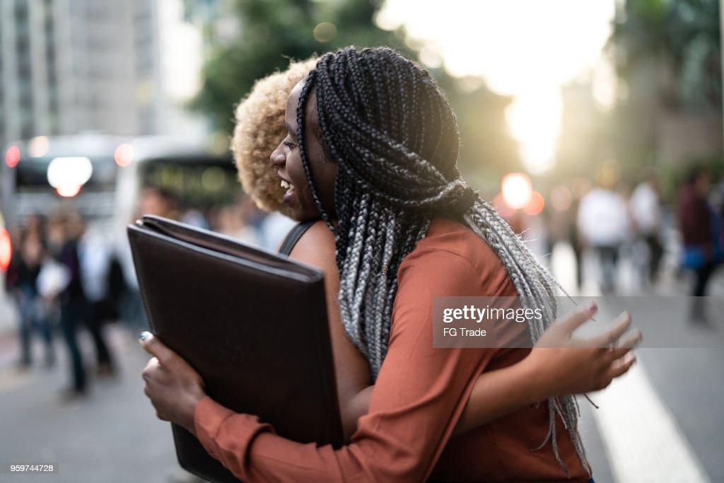 Frau/Wirtschaftsstudenten umarmen : Stock-Foto