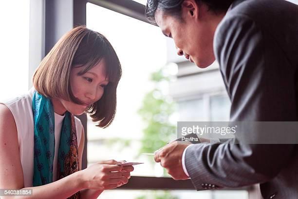 ビジネス女性の交換のビジネスカード、京都,日本 - 交換する ストックフォトと画像