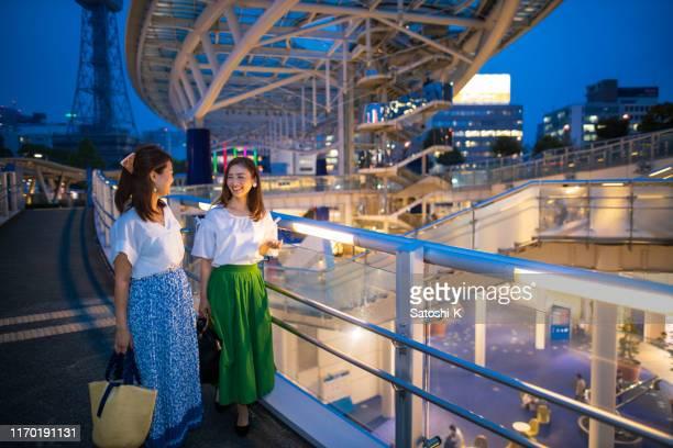 仕事の後に買い物に行くビジネスウーマン - 名古屋 ストックフォトと画像