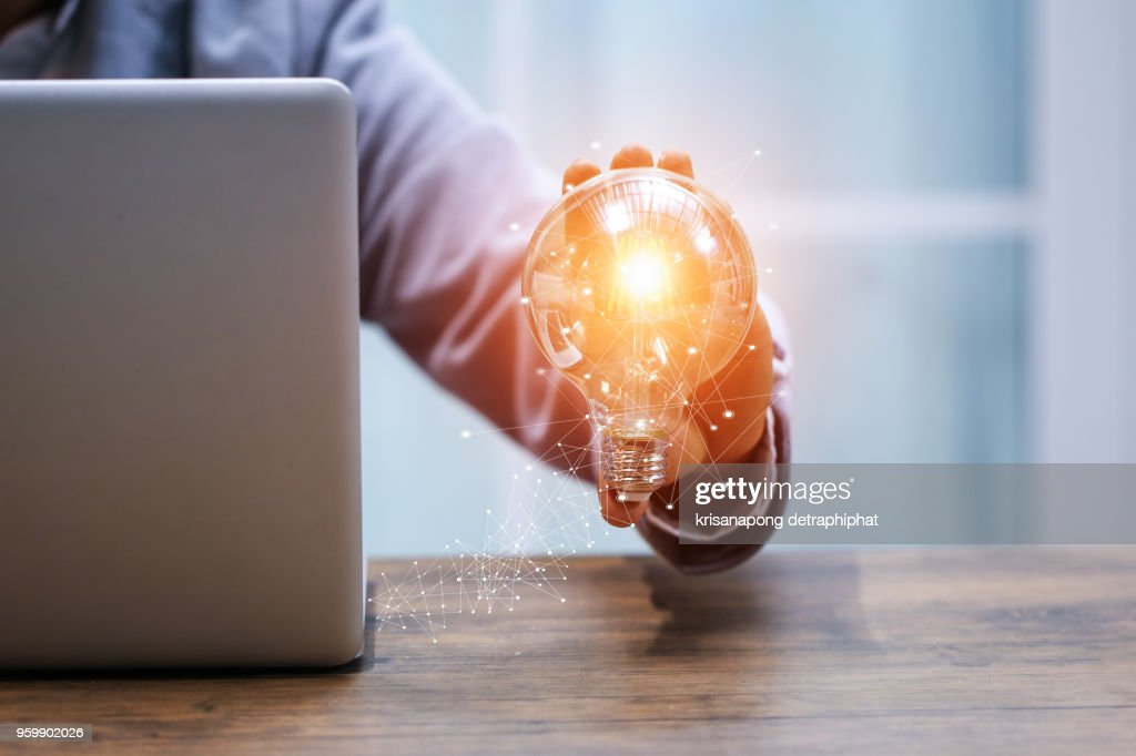 Business women holding light bulbs, ideas of new ideas with innovative technology and creativity. : Stock-Foto