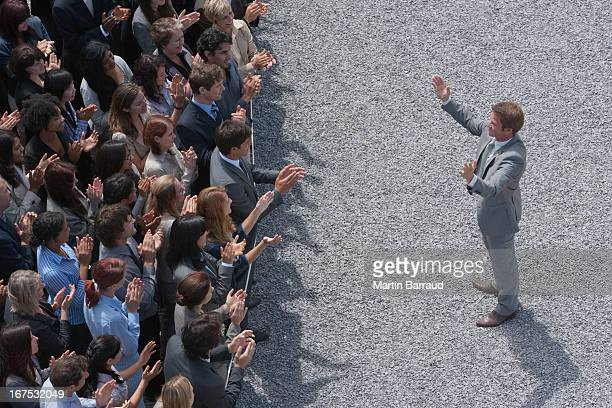 ビジネスマンアドレッシング拍手群衆