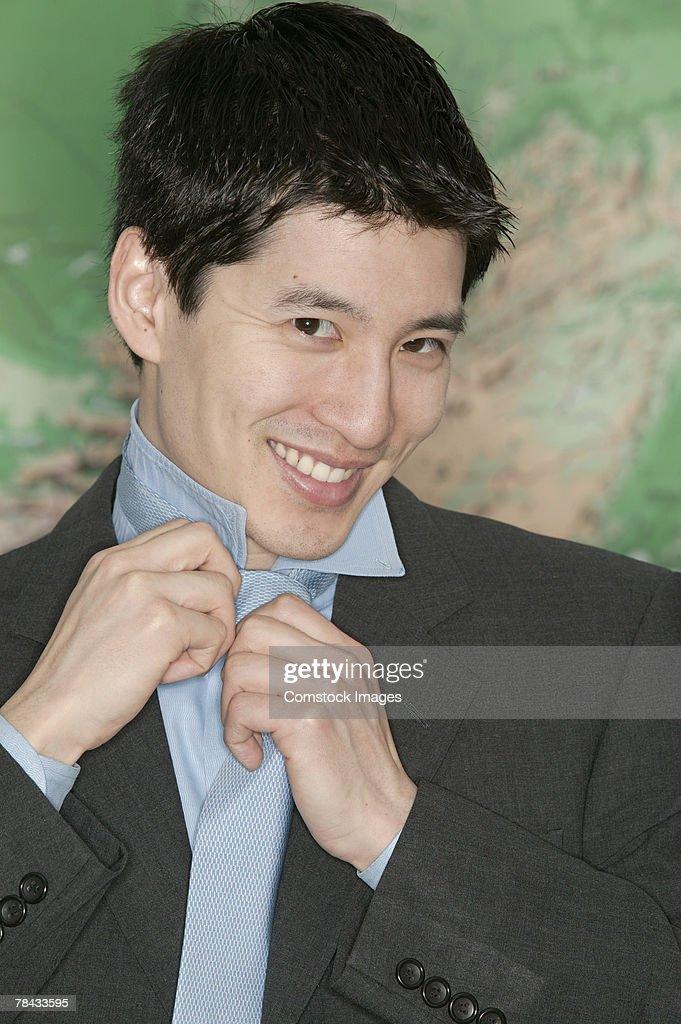 Businessman adjusting tie : Stockfoto