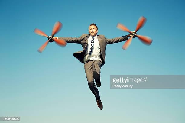 Empresário aventureiro voar no avião hélices de céu azul