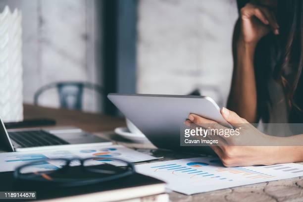 businessman analyse investment marketing data. - börsenhandel finanzberuf stock-fotos und bilder