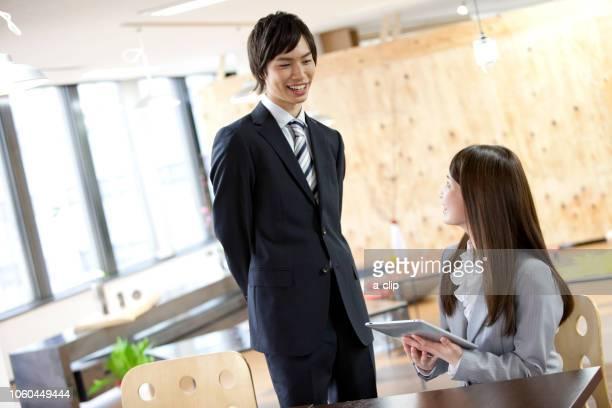 話をしているビジネスマンとビジネスウーマン - ルーキー ストックフォトと画像