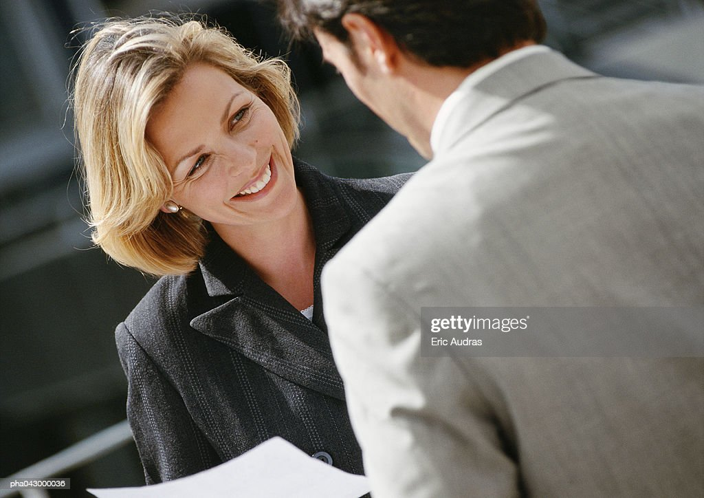 Businessman and businesswoman face to face, focus on businesswoman : Stockfoto