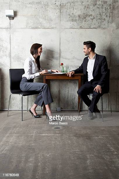 a businessman and businesswoman having a meeting in a modern office - colletto aperto foto e immagini stock