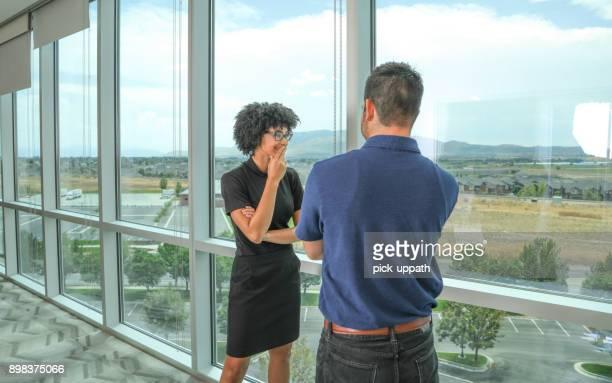 homme d'affaires et femme d'affaires - femme entre deux hommes photos et images de collection