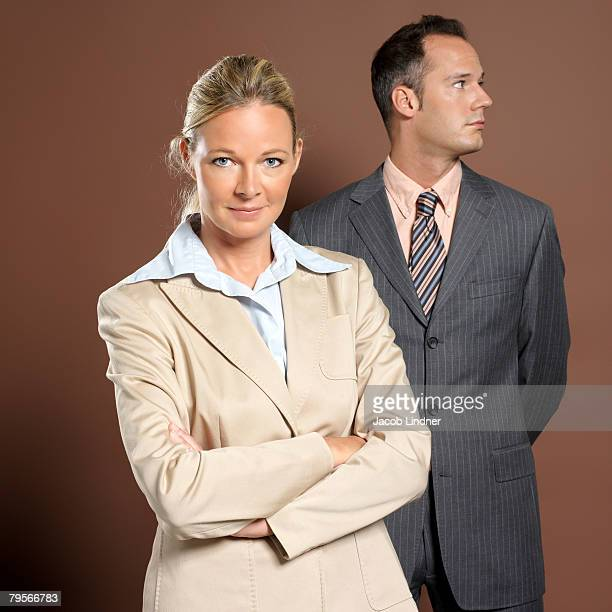 businessman and businesswoman, portrait - blonde forte poitrine photos et images de collection