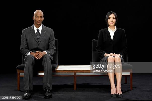 Homme d'affaires et Femme d'affaires, assis sur un banc et souriant, portrai