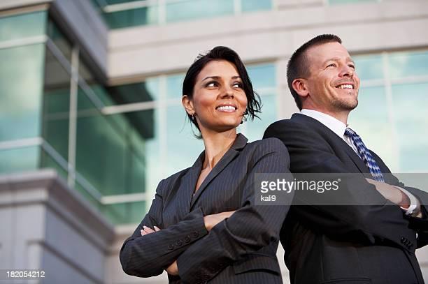 Geschäftsmann und Geschäftsfrau außerhalb Bürogebäude