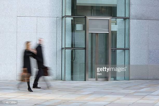 Homme d'affaires et Femme d'affaires marchant dans le quartier des finances de Londres