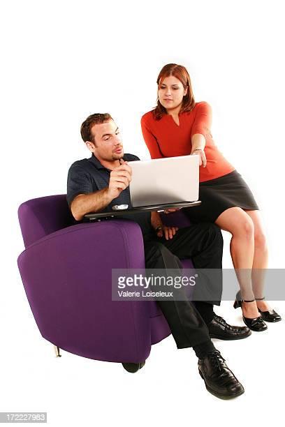 Empresário e Mulher de negócios com computador portátil