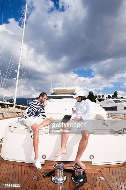 Geschäftsmann und Kapitän auf der Luxusyacht