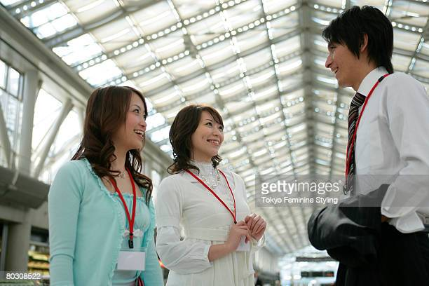 businessman and two women chatting - somente japonês - fotografias e filmes do acervo
