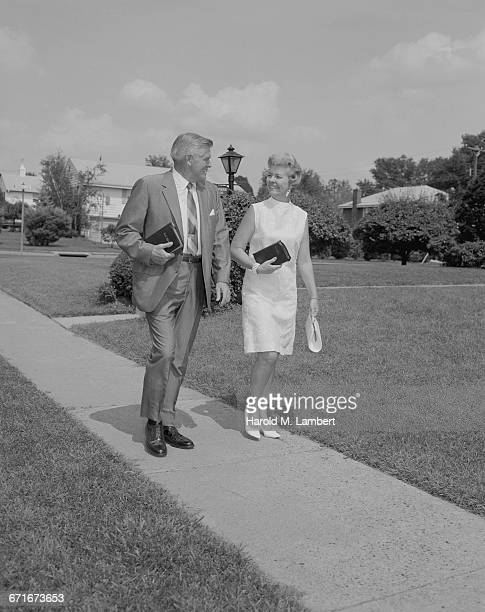 businessman and woman walking on pavement - {{relatedsearchurl(carousel.phrase)}} fotografías e imágenes de stock