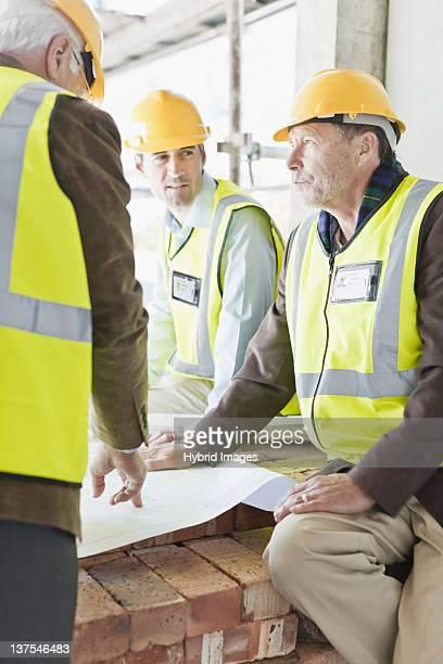 Geschäftsmann und Arbeitnehmer mit Werkzeuge