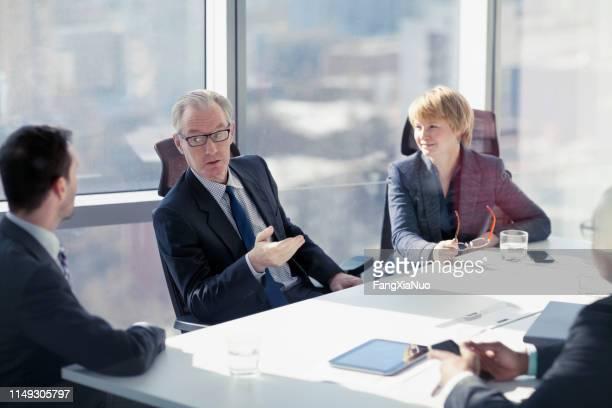 empresario pidiendo ideas en la reunión de la sala de conferencias - abogado fotografías e imágenes de stock