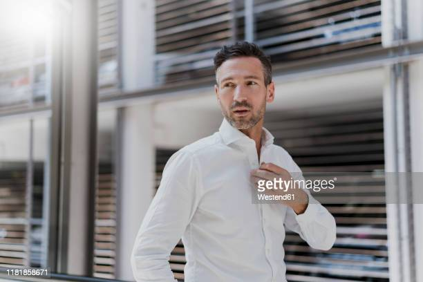 businessman at a car park wearing white shirt - wit hemd stockfoto's en -beelden