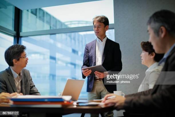 会議テーブルで実業家 - ミーティング ストックフォトと画像