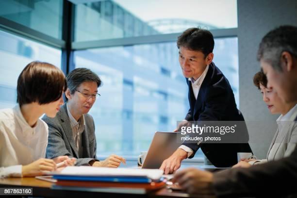 会議テーブルで実業家