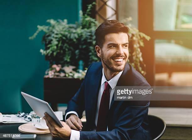 Empresário na hora de café usando tablet
