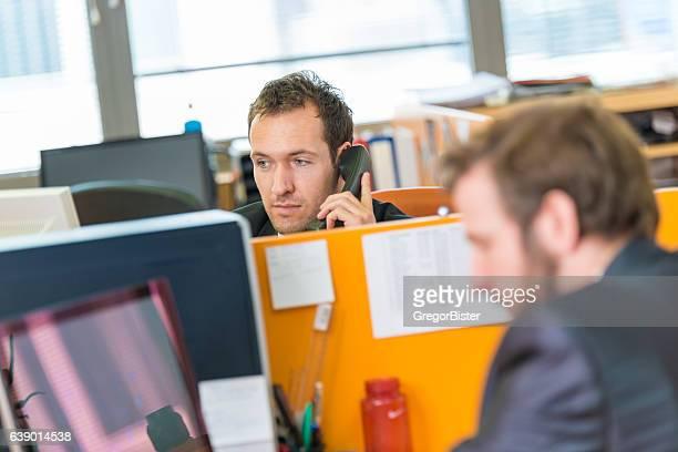 Uomo d'affari in carica il telefono