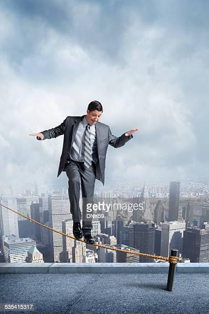 Homme d'affaires en équilibre sur une corde raide