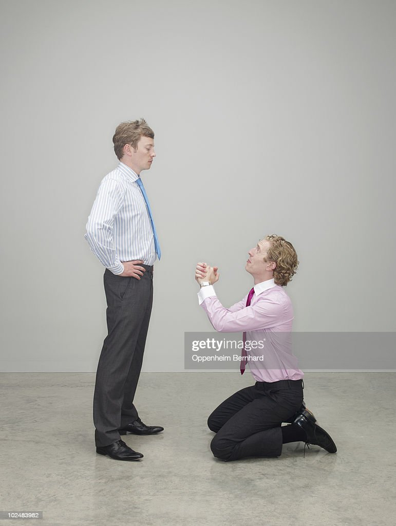 businessman begging on his knees : ストックフォト