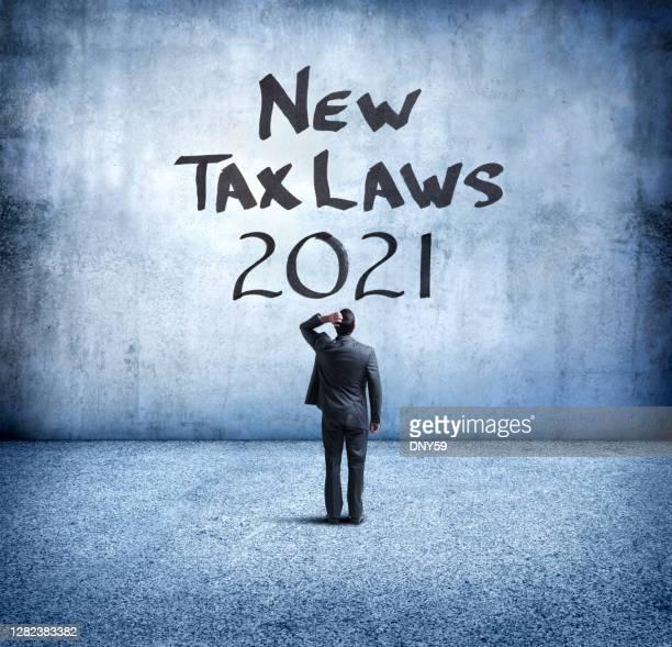 geschäftsmann verwirrt über neue steuergesetze 2021 - reform stock-fotos und bilder