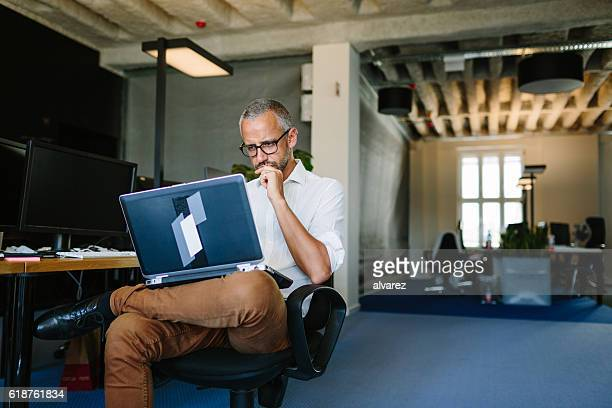 businessman busy working on laptop - konzentration stock-fotos und bilder