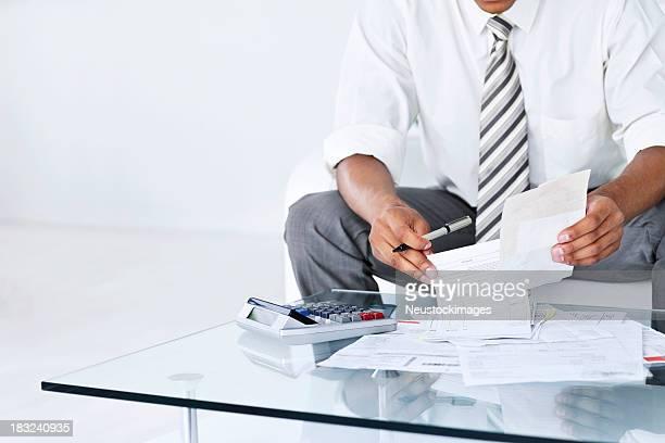 Uomo d'affari il calcolo bollette