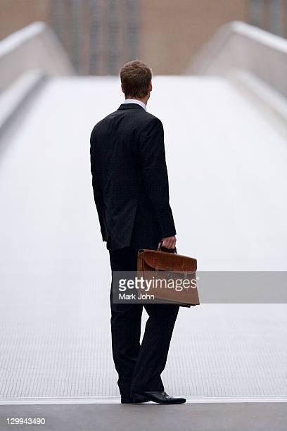 ビジネスマン通電屋外のあるブリーフケース