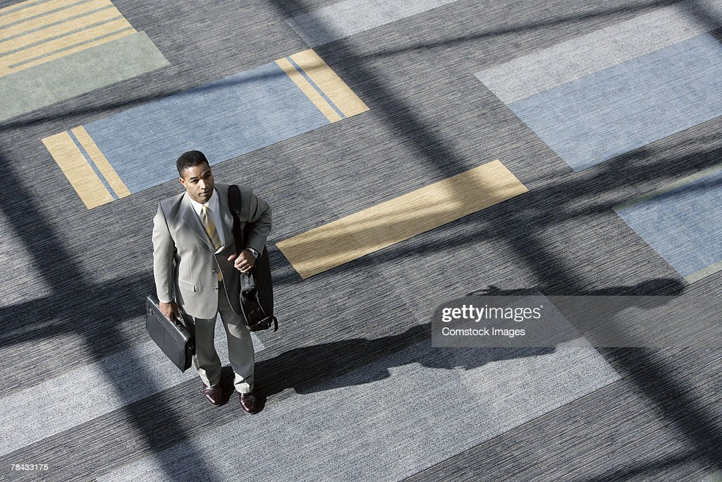 Businessman carrying luggage : Stockfoto