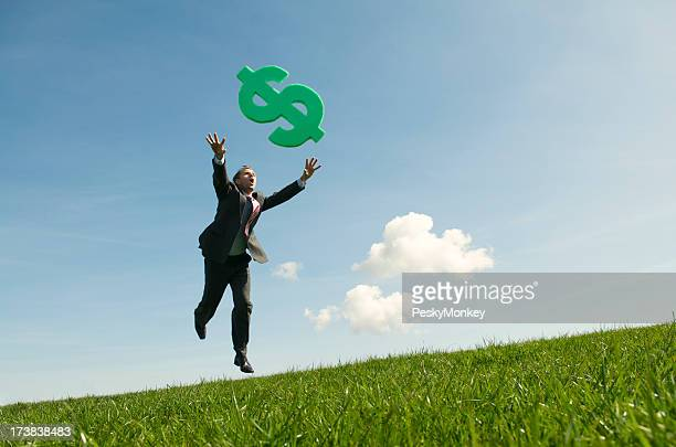 Empresario Chasing éxito en prado verde de dólares