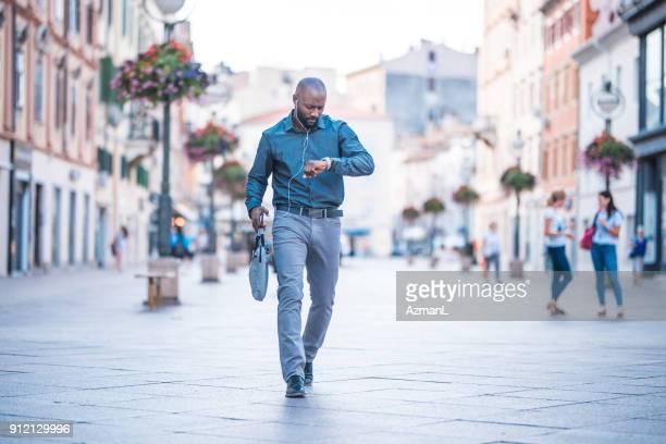 empresário, verificar o tempo e andar na rua - ver a hora - fotografias e filmes do acervo
