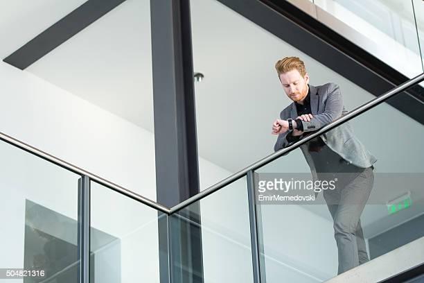 Geschäftsmann auf die Uhr sehen