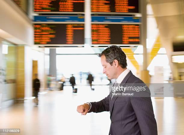 Geschäftsmann, die sich am Flughafen