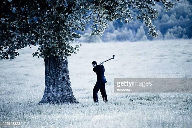 Empresário cortar para baixo uma árvore