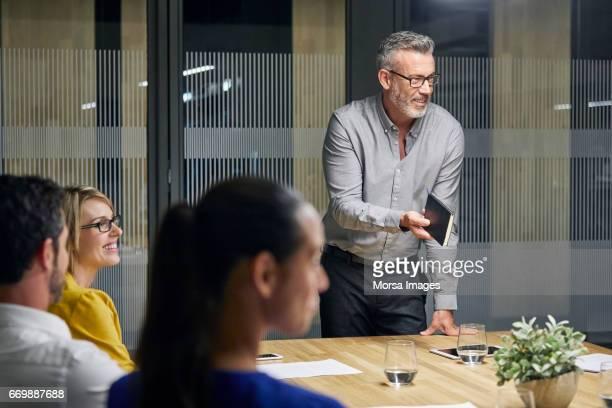 Unternehmer, die die Kommunikation mit Kollegen