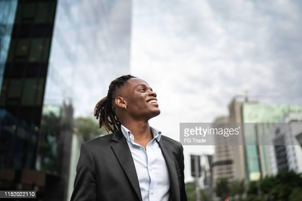 homem de negócios que contempla o céu - motivation - fotografias e filmes do acervo