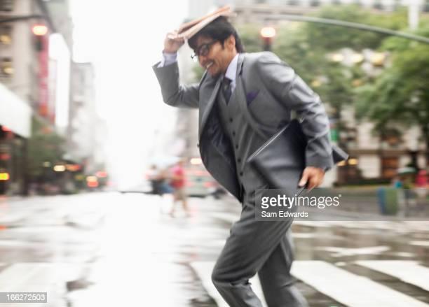 Uomo d'affari attraversando città street