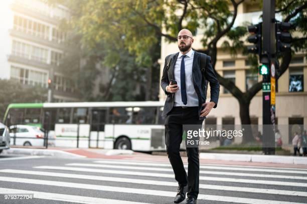 homem de negócios cruzando paulista avenue, sao paulo, brasil - pedestre - fotografias e filmes do acervo