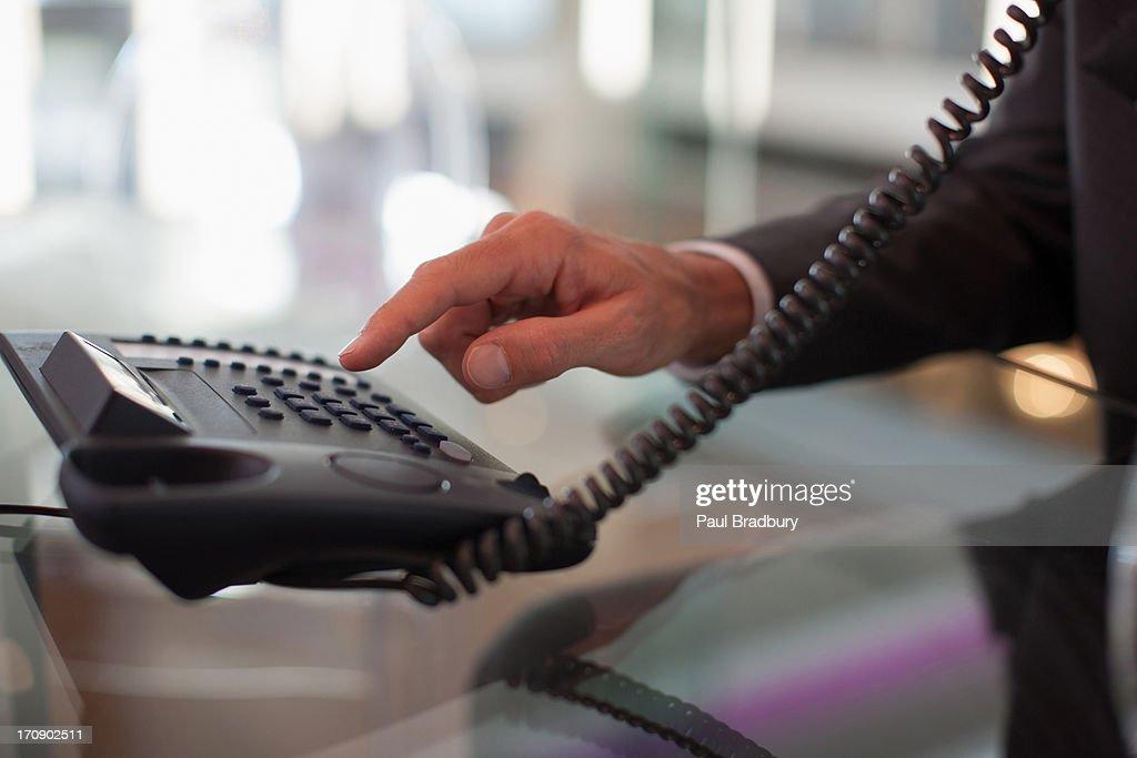 Geschäftsmann in Büro mit Direktwahl-Telefon : Stock-Foto