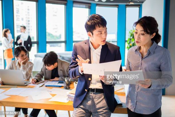 ビジネスマンはスーパーバイザーと話し合う - 説明書き ストックフォトと画像