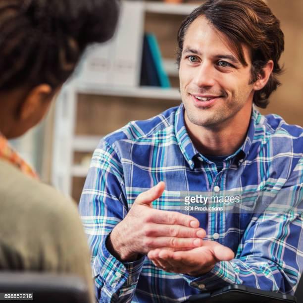 Hombre de negocios algo discute con el cliente femenino
