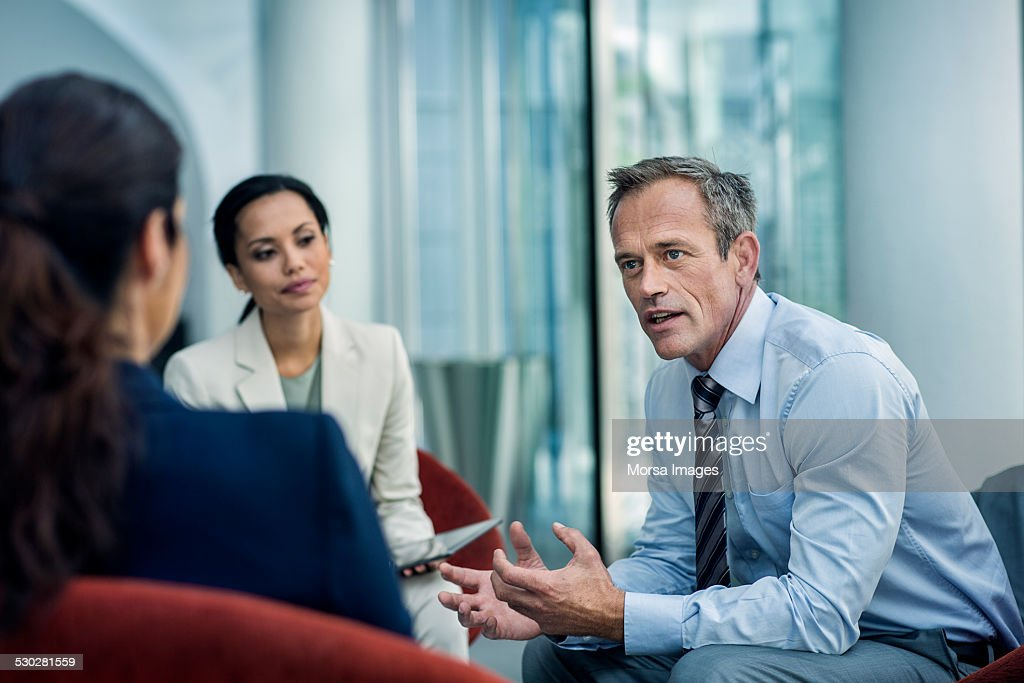 Businessman discussing strategy with colleagues : Stockfoto