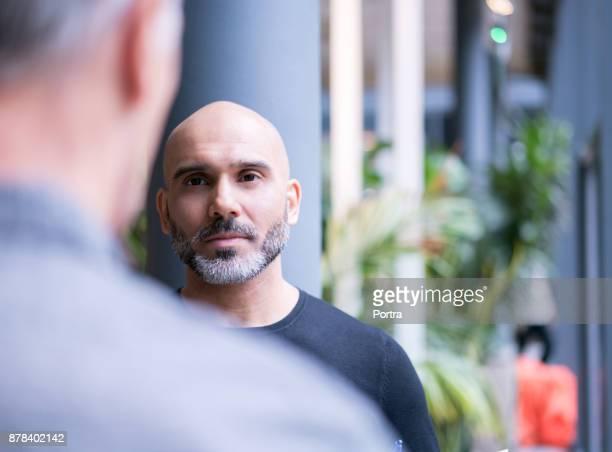 homme d'affaires discute avec un collègue de bureau - décontracté chic photos et images de collection