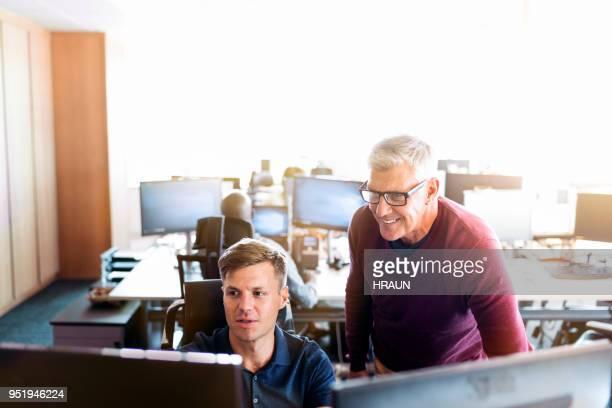 unternehmer diskutieren mit kollegen am schalter - generaldirektor oberes management stock-fotos und bilder
